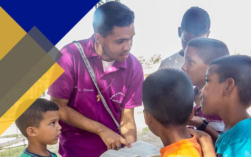 Gente siendo ayudada con los donativos de bienhechores