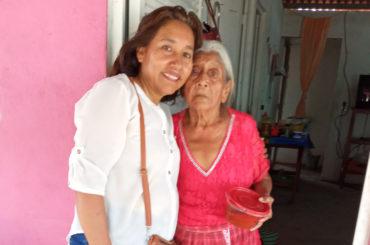 Entrega de alimentos a ancianos y enfermos