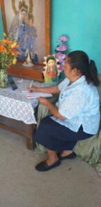 Mari Montes atenta al curso desde Irapuato