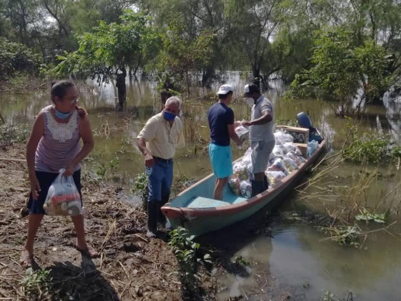 ayuda a familias aisladas por inundaciones