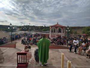Misa frente a los fieles.