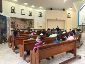 Personas en Hora Santa en la Diócesis de Torreón