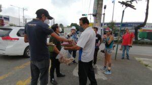 Apoyando con alimentos a personas de escasos recursos