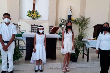 Niños reciben los sacramentos