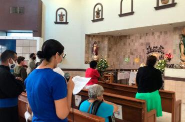 Personas orando en Hora Santa